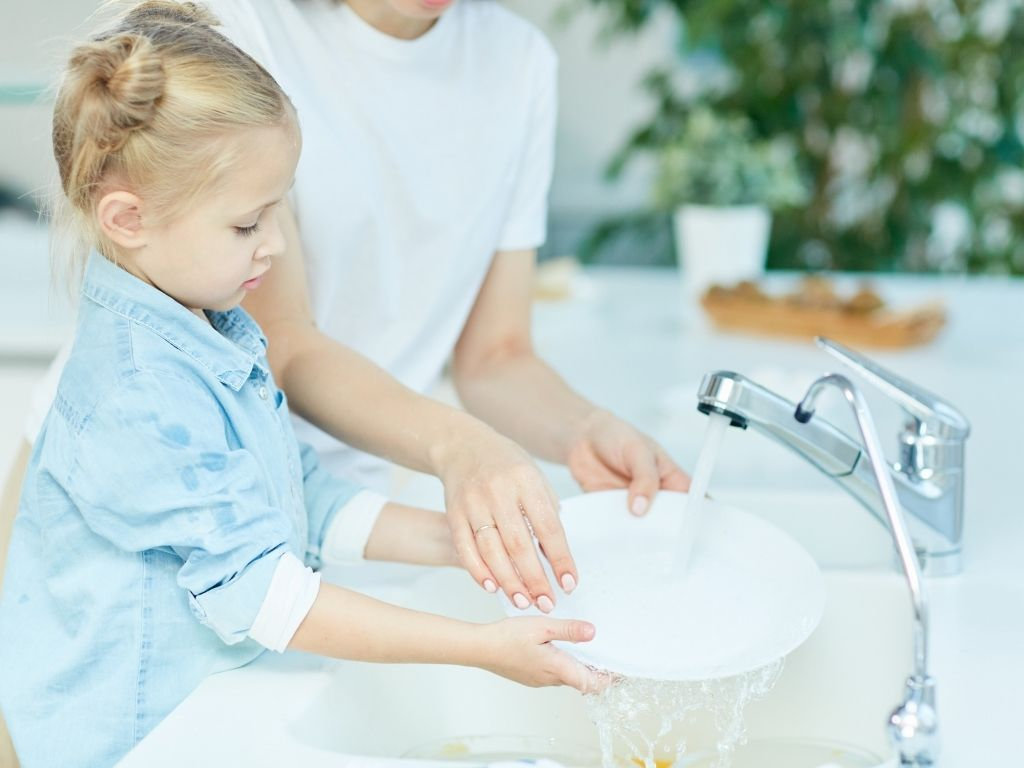 enfant qui fait la vaisselle